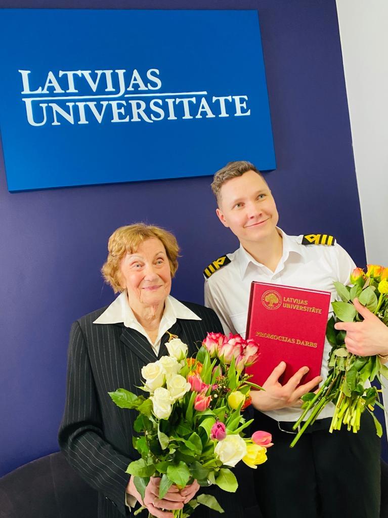 Pēc doktora darba aizstāvēšanas Kristaps Lūkins kopā ar pētījuma vadītāju profesori Dr.habil. paed. Ausmu Šponu