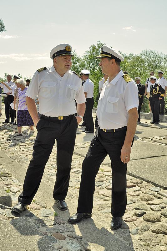 2012.gads. Toreizējais Jūras akadēmijas asociētais profesors Ilmārs Lešinskis un admirālis Gaidis Zeibots. Abi bijušie Jūras spēku komandieri.