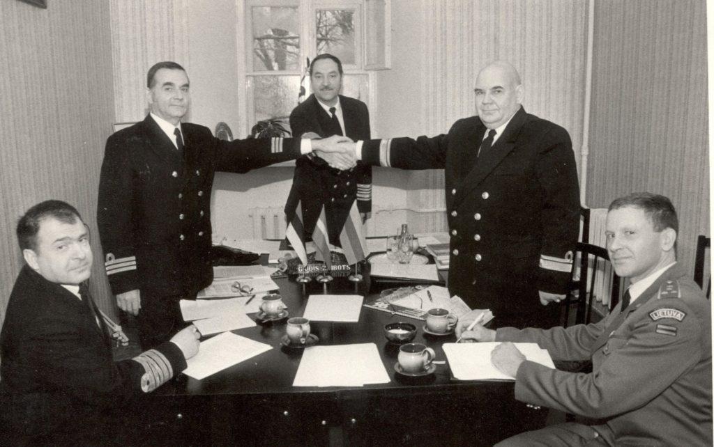 1993.gads. Latvijas Jūras spēku komandieris Gaidis Andrejs Zeibots kopā ar saviem Baltijas valstu kolēģiem – Raimondu Baltušku un Rolandu Leitu.
