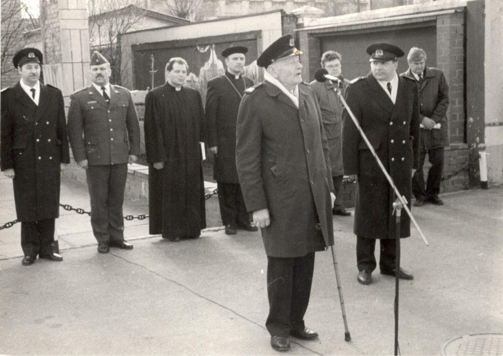 1993.gads Jūras spēku komandieris Gaidis Andrejs Zeibots ierindā. Komandkapteinis Hugo Legzdiņš vienmēr piedalījās visos svarīgākajos JS notikumos.