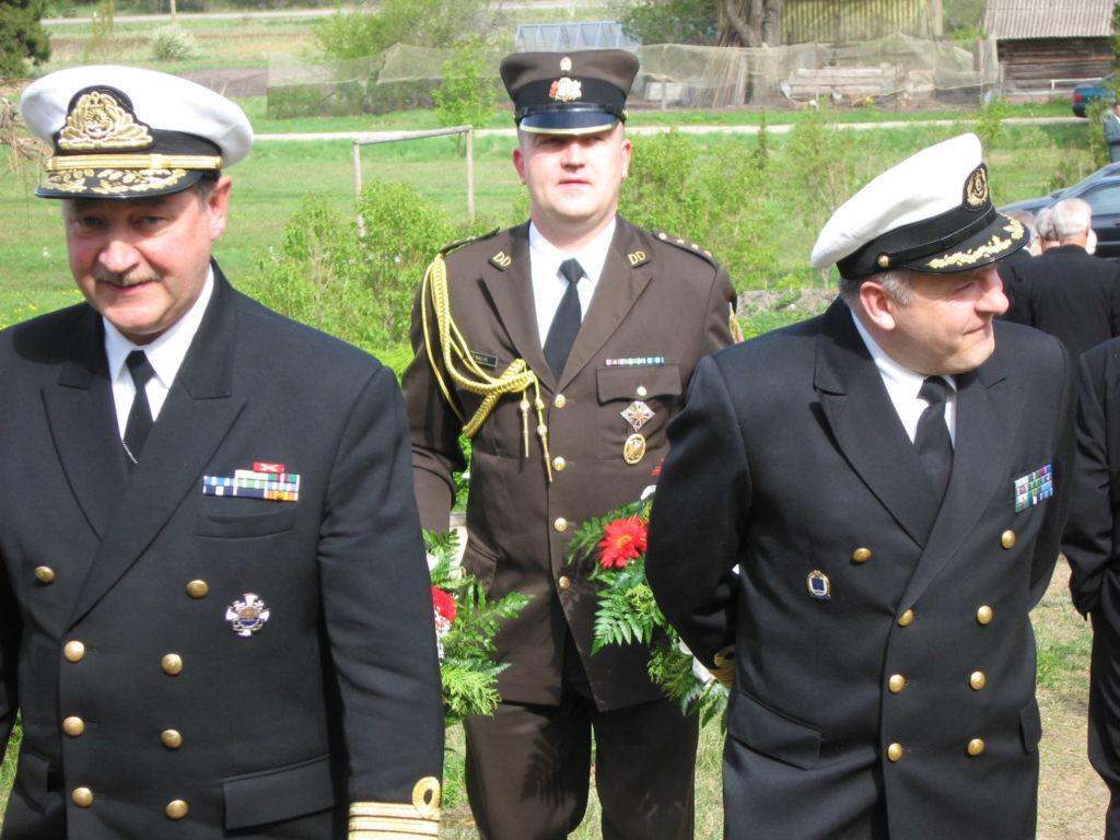 Admirālis Gaidis Andrejs Zeibots un Jūras spēku komandieris Ilmārs Lešinskis ierodas jūrnieku piemiņas pasākumā Ainažu vecajos kapos.