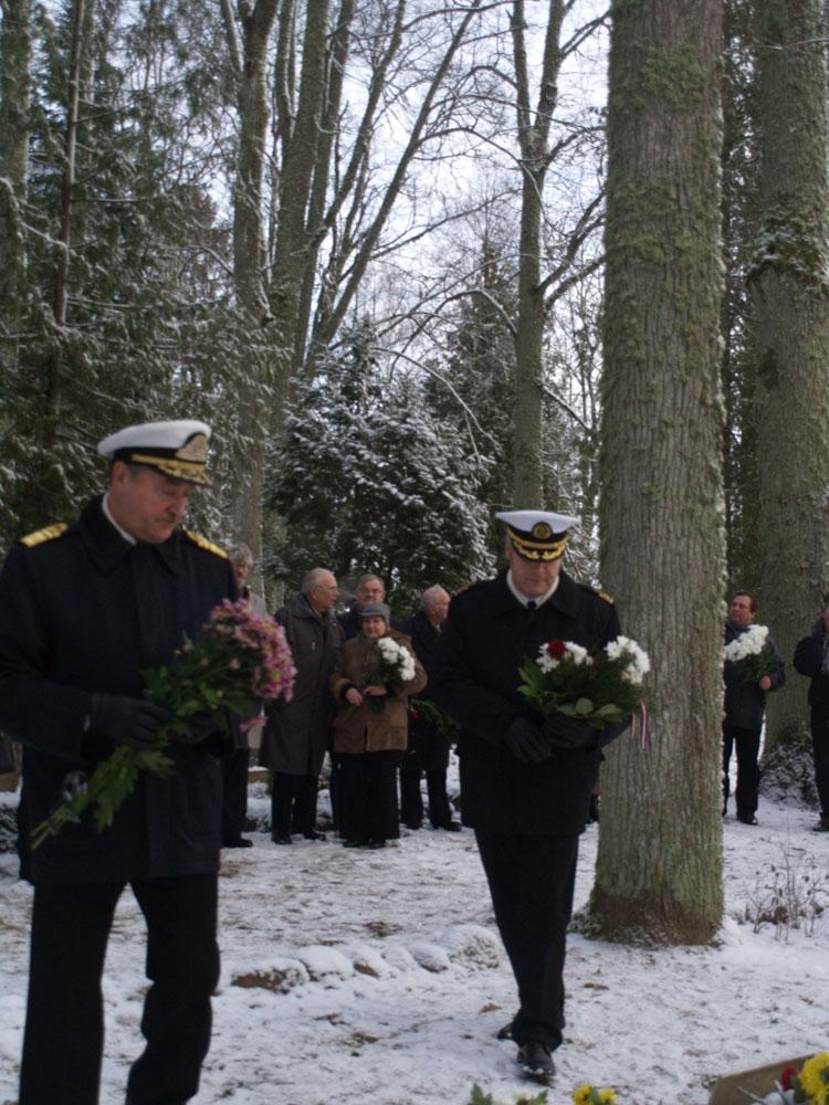 Piemiņas brīdis komandkapteiņa pie Hugo Legzdiņa kapa Lēdurgas kapos.