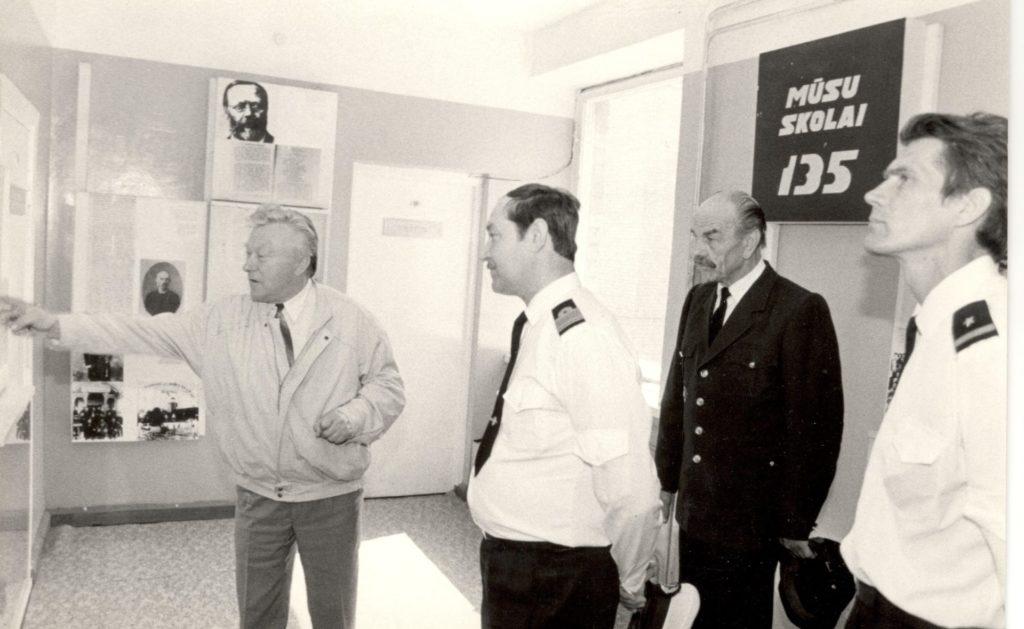 1994.gads. Engures jūrskolas direktors Ēdelnieks uzņem Jūras spēku komandieri