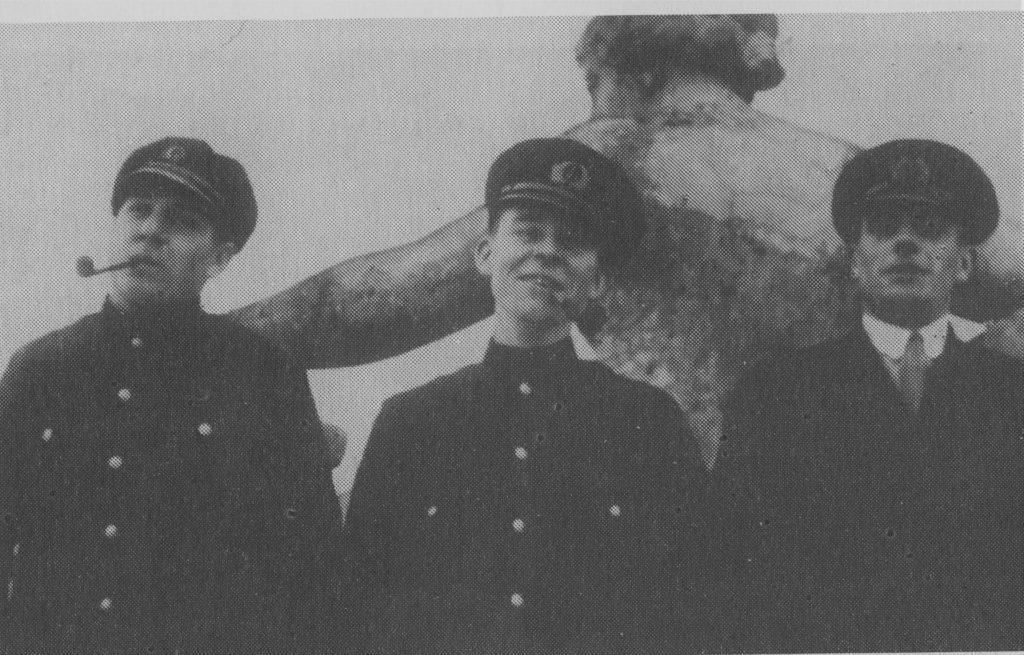 Uz K. Valdemāra jūrskolas jumta. Arvīds Ludeviks (no kreisās), Teodors Silgailis un Arturs Bekmanis.