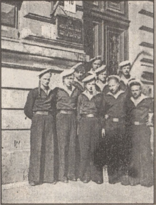 O.Stimbāns ar kursa biedriem Rīgas jungu skolas durvju priekšā 1948. gadā